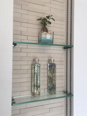 ガラス板の自在棚。ディスプレイするものによって、高さを調節できます。