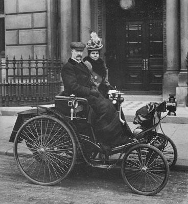 Een Hewetson-Benz System, een aangepaste Duitse wagen in Londen met een kaarslantaarn rechts naast de bestuurder.
