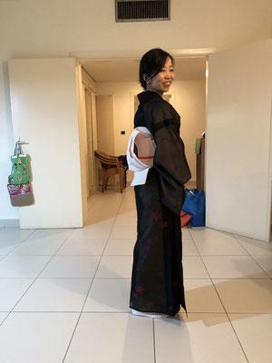 前の赴任地で茶道実演でお手伝いをした際の写真です。Ms. M wearing a beautiful kimono to help a Japanese tea ceremony day while living abroad in Africa.