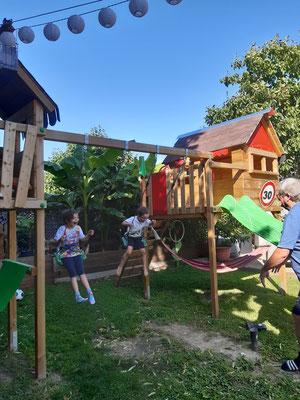 Spielturm mit Rutsche und Schaukeln für die kleinen