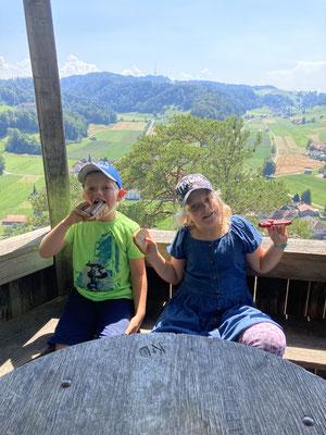Angela Kevin: Es ist immer wieder wunderschön!!  Auf dem Schulweg nach hause (Dieterswald), essen wir auf der Kreuzfluh etwas zum zvieri.