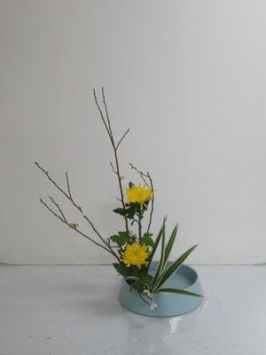 2021.1.20 <梅 中菊 キキョウラン> Qianさんの作品です。盛花・直立型のお稽古をしました。
