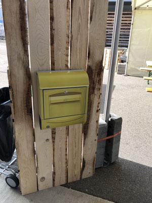 gelber Postbriefkasten für Wettbewerb