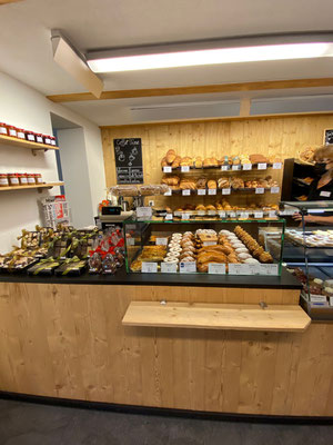 Umbau Bäckerei Rückwand Altholz Raumgestaltung Verkaufstheke