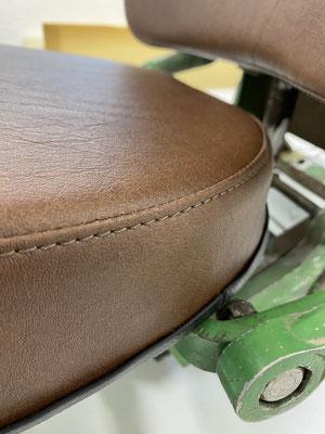 Das Sitzpolster und Rückenpolster wurde komplett erneuert und bezogen.