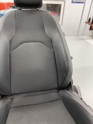 Fahrersitz eines Seat Leon FR. Das Kunstleder an der Einstiegswange wurde beschädigt.