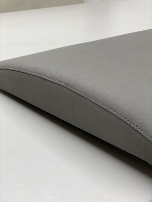 Betthaupt in grauen Kunstleder neu bezogen.