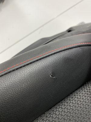 Beschädigte Seitenwange an einem Seat Leon FR. Solche Beschädigungen lassen sich gut mit Smartrepair beheben.