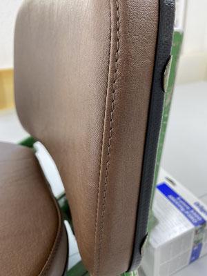 Strapazierfähiges Kunstleder für den Bezug von Sitz und Rückenlehne.