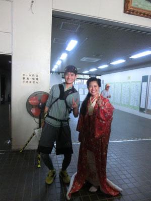 2人の歴史探検隊員。歴史上の亀寿姫役に挑んだ隊長は、自ら歴史体験。