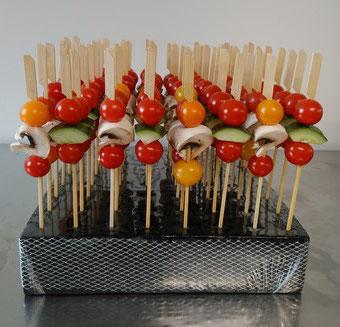 Brochettes de légumes : tomates cerises, concombres, champignons