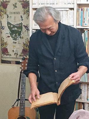 歌が終わると後ろの書庫からスクラップブックを取り出し、昔の話をしてくれはります(笑)