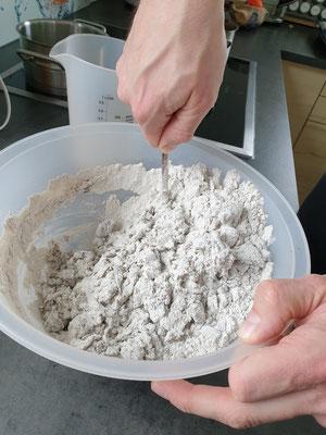 Alles Zutaten zusammen gut vermengen, anschließend kneten.
