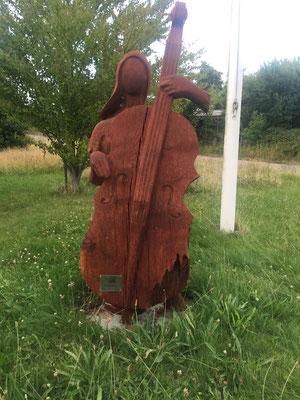 Skulptur aus Holz vor dem Ro Club Dyvig