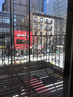 スタジオの窓から見える建物は当時のまま。向かって右側の建物