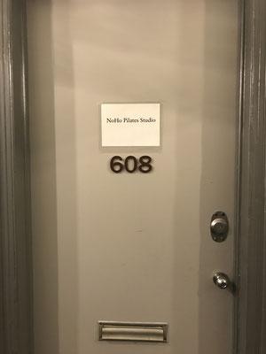 シンプルなNOHO Pilates studioの扉。