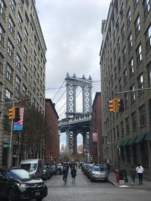 ブルックリンのダンボ地区からのぞくマンハッタンブリッジ