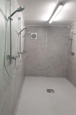 PROTECTAKOTE Anti-Rutsch-Farbe auf Boden eines Duschcontainers