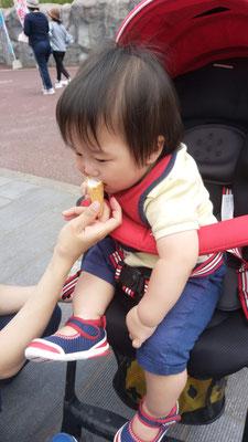 アイスを食べる子供の写真