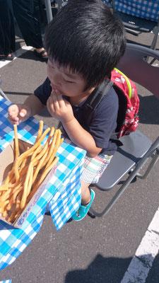 さらにポテトを食べる子供の写真