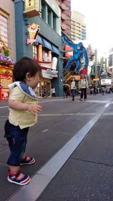 練り歩く赤ちゃんの写真