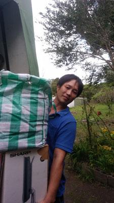 荷物を運ぶ不用品回収エイト