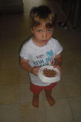 Unser Enkel hilft beim Füttern