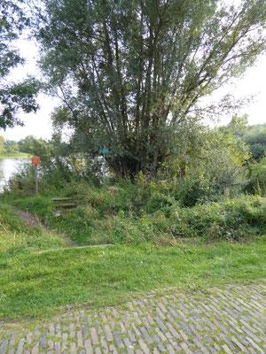 In de Ooijpolder, over de Langstraat, bij het viswater gaat Sinte-Ontcommer over trapjes!