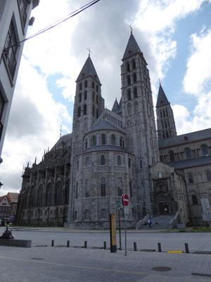 Tournai - de Onze-Lieve-Vrouwekathedraal gezien vanuit de Rue de l'Hôpital Notre Dame