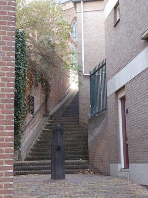 Sint-Stevenskerkhof noordwest - Energielijn Bonuszoon Gijsbert door afsluitpaal Habakuk (Klaus van der Locht, 1987)