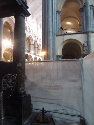 25 juli 2021 Tournai - Onze-Lieve-Vrouwekathedraal - de TIEN-STRALEN-STER bevindt zich in het noordelijk transept, rechtsachter de donker vlek op de vloer.