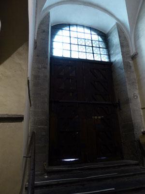 Doornik - de afgesleten drempel van de Porte du Capitole van de Kathedraal van Onze-Lieve-Vrouw