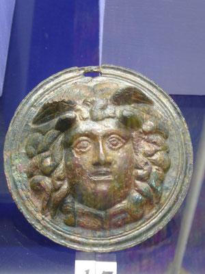 Doornik - Musée d'Archeologie - Medusa op de bronzen knop van een wapenschild