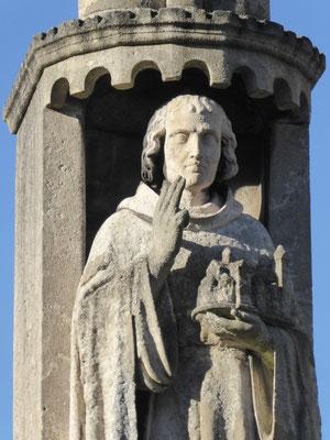 Rolduc - Monument Ailbertus d'Antoing - Drie geheven vingers: de Drie-eenheid.