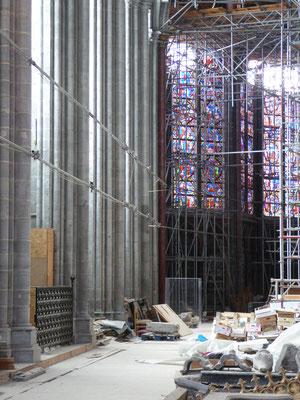 25 juli 2021 Tournai - Onze-Lieve-Vrouwekathedraal - waar de absis in de noordelijke kooromgang begint gaat de gele Madonnalijn naar buiten.