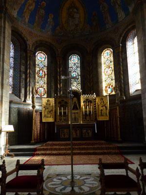 Het mozaïek van Philosophia recht voor het altaar in de (oostelijke) hoofdconcha.