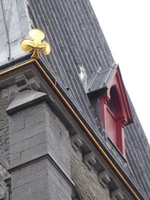 Doornik - Onze-Lieve-Vrouwe Kathedraal - Klaverbladversiering op de hoeken van de daken van de klokkentorens.