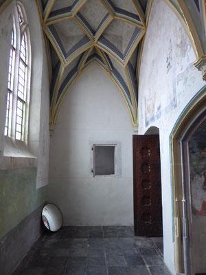 De kleine nis in de oostelijke steunbeer van de Heilig-Grafkapel. Linksboven de grote nis het wapen van Daniel Tryssens.