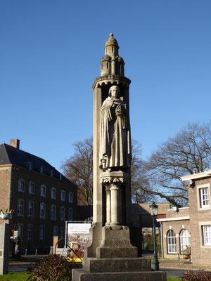 Voorplein Rolduc - het monument voor Ailbertus d'Antoing uit 1904 staat bovenop de goudgele energielijn.