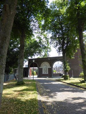 De dubbele toegangspoort uit 1857 met Maria Immaculata - de goudgele energielijn gaat door het Mariabeeld.