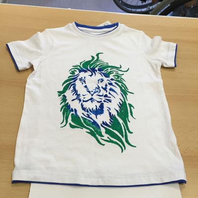 T-Shirt mit Textilfarbe und Schablone mit Schwamm aufgetragen