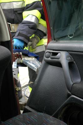 Das Öffnen einer Fahrzeugtüre vom Inneren des PKWs