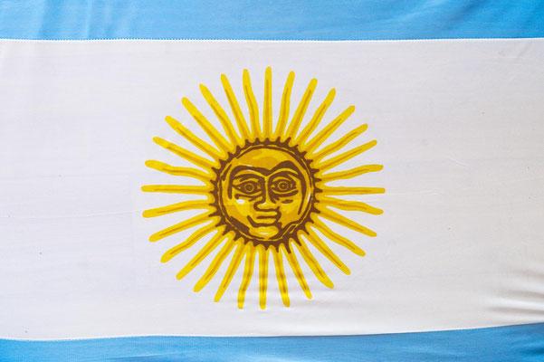 Die Sonne auf der argentinischen Flagge stammt aus der Inka Mythologie und zierte schon die ersten argentinischen Münzen.