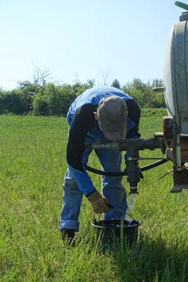 Der selbstgefertigte Absperrhahn am Fass gibt bei Bedarf viel Wasser frei