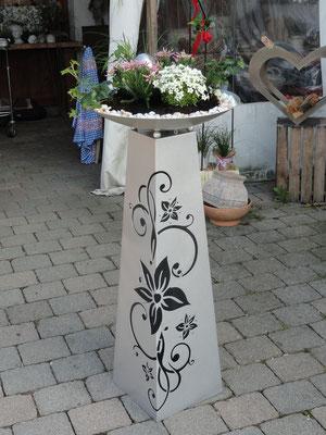 die Säule Blume in der neuen Farbe Silber Brilliant, Schale direkt bepflanzt
