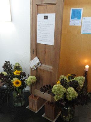wir hatten auf einer alten Türe den S'itzplan, grosse Vasen mit Herbst schmücken die Türe