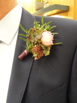 die Anstecknadel für den Bräutigam