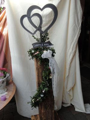 ein Hochzeitsgeschenk mit schwarz brilliantem Doppelherz.