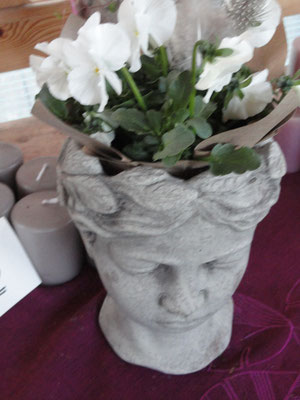 kleiner Pflanzkopf aus Zement Preis 10,00 Euro 6,50 Versand