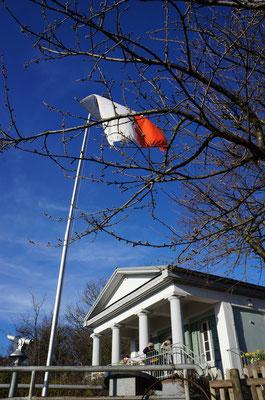 Wenn die Fahne weht hat das Kirchberghäuschen geöffnet - so einfach ist das mit den Öffnungszeiten.  (©odenwaldlust)